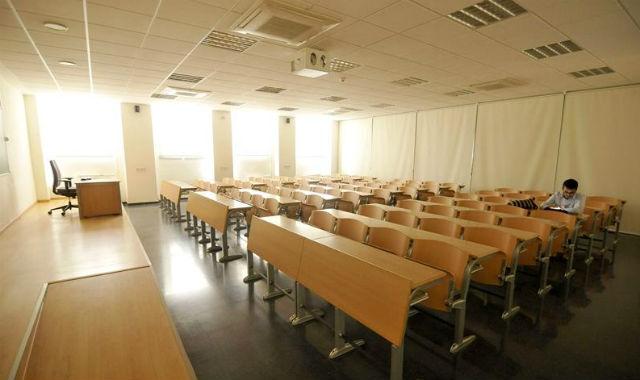 Aspecto, esta mañana, de una de las aulas de la Facultad de Económicas y Empresariales de la Universidad de Sevilla. EFE/Raúl Caro