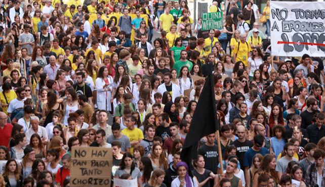 Vista general de la manifestación en Barcelona en defensa de la educación pública, contra los recortes, y contra la reforma del ministro Wert.