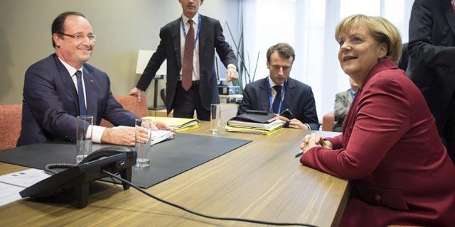 El presidente francés Francois Hollande y la canciller alemana Angela Merkel en el Consejo Europeo que tiene lugar en Bruselas (Bélgica),jueves 24 de octubre de 2013. EFE/Guido Bergmann