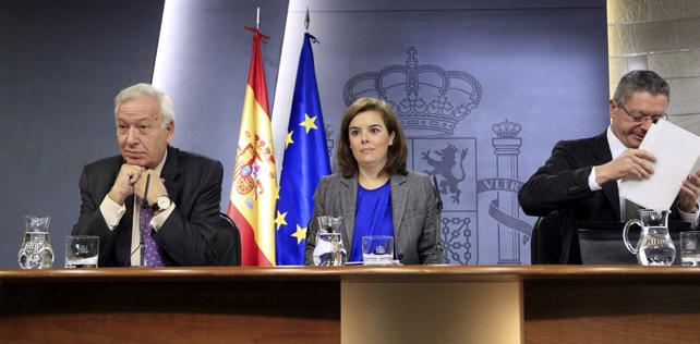 Los mininistros de Exteriores y de Justicia, José Manuel García Margallo y Alberto Ruiz Gallardón, respectivamente, con la vicepresidenta Soraya Sáenz de Santamaría, en la rueda de prensa tras el Consejo de Ministros.