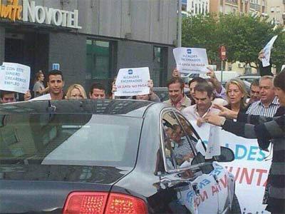 Alcaldes del PP impiden el paso del coche en el que viaja Díaz.