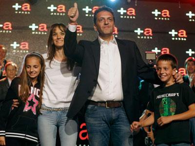 Sergio Massa celebra su victoria en Buenos Aires junto a su mujer y sus hijos.