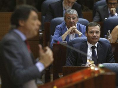 Tomás Gómez escucha a Ignacio González en la Asamblea de Madrid. EFE