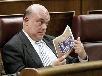 El diputado del PNV Emilio Olabarria muestra desde su escaño una imagen del cartel de la calle General Yagüe. EFE/Chema Moya