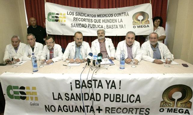 Representantes de los sindicatos médicos CESM y OMEGA han presentado el calendario de movilizaciones de los facultativos-médicos dependientes del Sergas por los recortes en la sanidad pública.