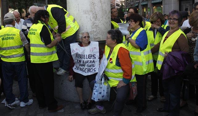 Los yayoflautas se encadenan contra la reforma de las pensiones del Gobierno