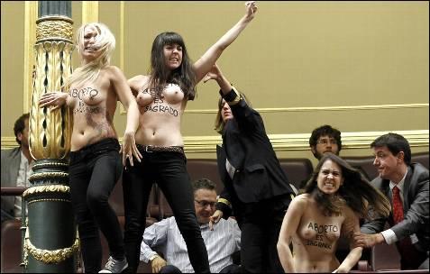 Tres activistas de Femen hacen callar a Gallardón en el Congreso al grito de '¡aborto es sagrado!'. -EFE