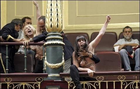 Las tres jóvenes, que asistían en la tribuna de invitados al desarrollo de la sesión plenaria, fueron desalojadas por los servicios de seguridad de la Cámara tras un breve forcejeo. -EFE