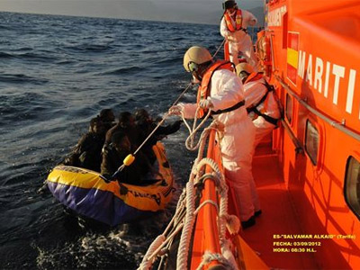 Un equipo de la Guardia Civil rescata una patera. EP