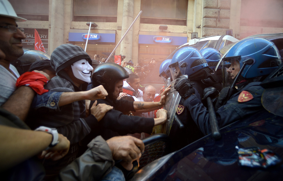 Manifestantes y policía antidisturbios se enfrentn en las calles de Roma, durante una manifestación contra las medidas de austeridad del Gobierno italiano.