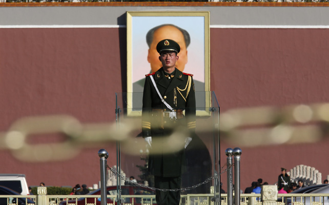 Un soldado hace guardia en Tiananmen, frente al edificio donde se celebra el plenario del Comité Central del Partido Comunista.