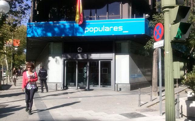 Entrada de la sede nacional del PP, en la madrileña calle de Génova, sin apenas basura, este martes.