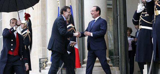 El presidente del Gobierno, Mariano Rajoy, es recibido por su homólogo francés, François Hollande, a su llegada al Palacio del Elíseo, en París.-