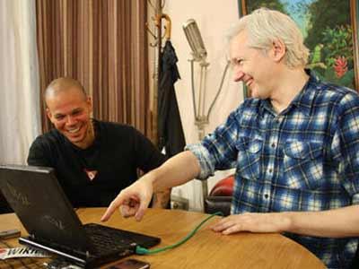 Residente (izq), junto al fundador de WikiLeaks, Julian Assange, reunidos hoy, jueves 13 de junio de 2013, en Londres. EFE.