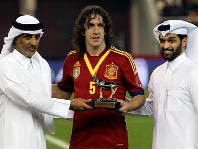 Puyol recibe un premio de dos autoridades deportivas de Qatar durante la visita de La Roja a Doha en febrero de este año. AFP / AL-WATAN DOHA / KARIM JAAFAR