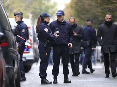 La Policía francesa acordona la zona junto al diario Francés 'Libération', este lunes 18 de noviembre de 2012. REUTERS/Gonzalo Fuentes
