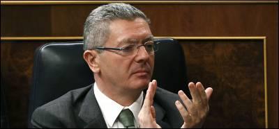 El ministro de Justicia, Alberto Ruiz Gallardón en su escaño en el Congreso.-