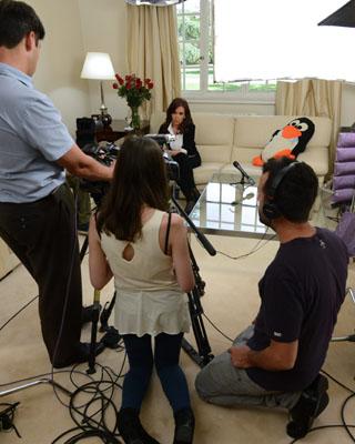 La presidenta argentina, Cristina Fernández, mientras es filmada por su hija Florencia Kirchner en la residencia presidencial de Olivos, en Buenos Aires (Argentina).