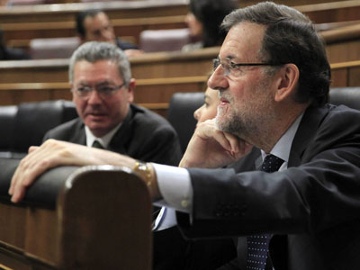 El jefe del Ejecutivo, Mariano Rajoy, junto a la vicepresidenta, Soraya Sáenz de Santamaría y el ministro de Justicia, Alberto Ruiz Gallardón (i) este miércoles, en el Congreso de los Diputados. EFE/Zipi