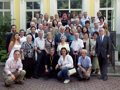 Foto de familia de los llamados 'niños de la guerra' civil española, que siguen residiendo en Moscú. EFE