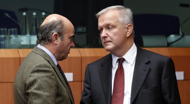 El ministro de Economía, Luis de Guindos, conversa con el comisario de Asuntos Económicos, Olli Rehn, antes del comienzo de la reunión del Eurogrupo.