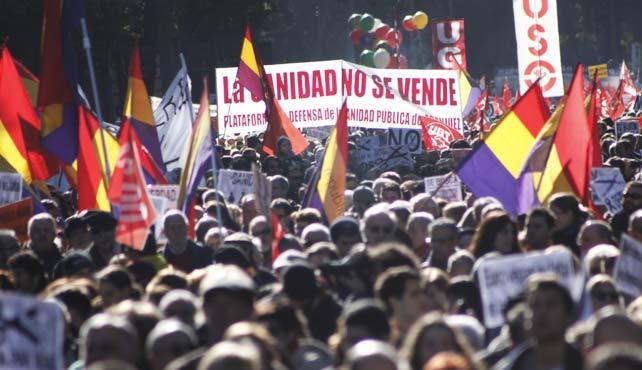 Miles de madrileños abarrotan la plaza de Cibeles en la manifestación de la Cumbre Social y Marea Ciudadana.
