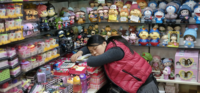 Una dependienta dormita en una tienda de juguetes en Pekín.
