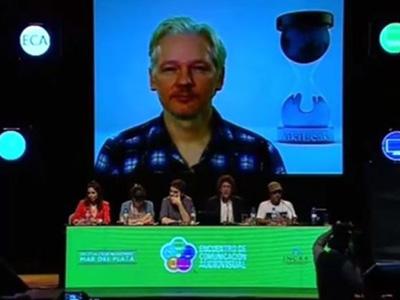 Imagen de la videoconferencia ofrecida por Julian Assange.