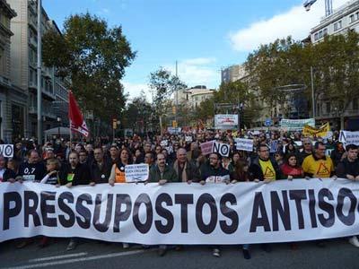 Miles de personas se manifiestan en Barcelona contra los presupuestos, la redorma de las penrinoes y los recortes.