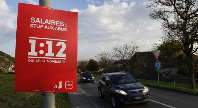 Un cartel de la iniciativa para limitar los salarios de los altos directivos, en una carretera suiza.