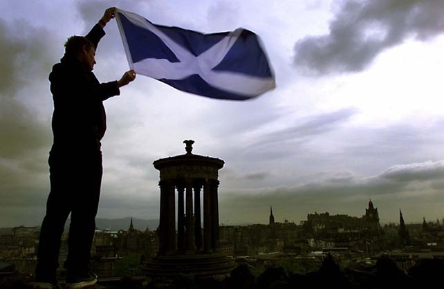 Un partidario de la independencia de Escocia sostiene una bandera en Edimburgo.