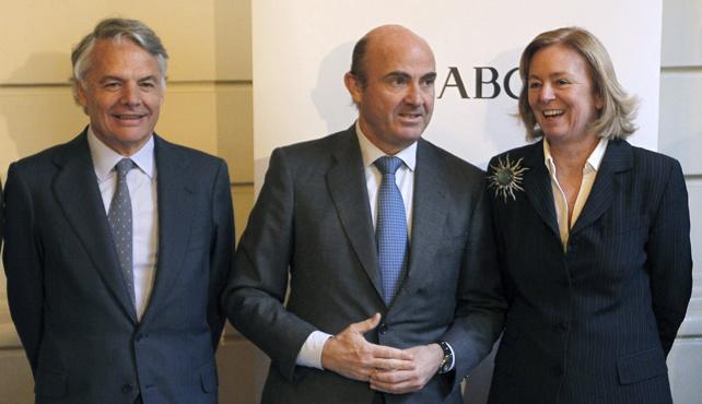 El ministro de Economía, Luis de Guindos,  con la presidenta del ABC, Catalina Luca de Tena, y el presidente de la Mutua Madrileña, Ignacio Garralda, antes del almuerzo informativo.