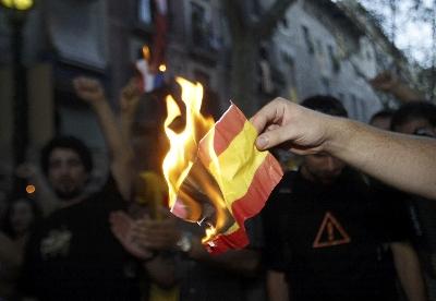 Un independentista quema una bandera española en Barcelona durante la Diada de 2008.