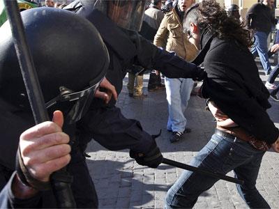 Una joven es golpeada por policías en Valencia, el año pasado.