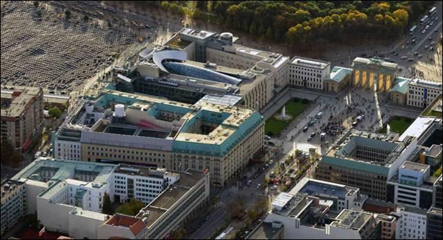 Vista aérea de las embajadas de EEUU y Reino Unido en Berlín desde donde la Inteligencia espiaba a Merkel.- Reuters