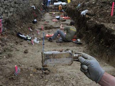 Exhumación en una fosa en Pamplona en la que los cuerpos aparecieron con botellas al lado que tenían dentro trozos de papel con el nombre de las víctimas