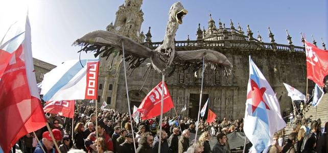 Miles de personas se manifiestan para expresar el rechazo a la sentencia del Prestige en Santiago de Compostela.-