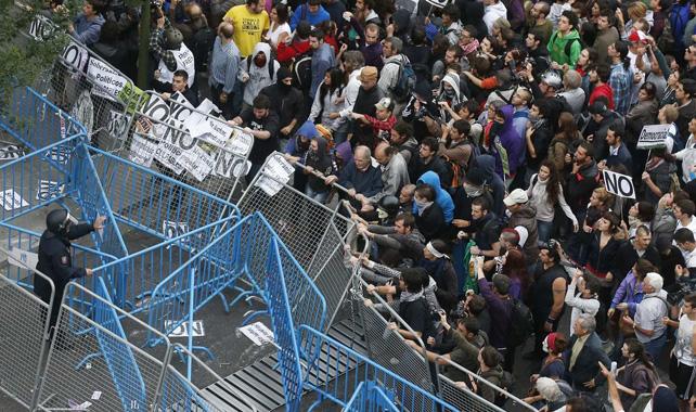 Miles de personas rodean el Congreso en la última convocatoria.