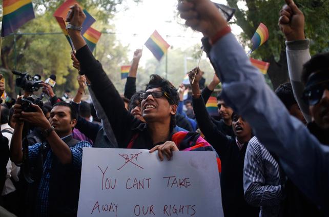 Un manifestante durante la protesta en Nueva Delhi contra la revocación de la ley que permitía relaciones homosexuales por el Tribunal Supremo.