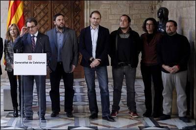 El presidente de la Generalitat, Artur Mas, acompañado de la vicepresidenta, Joana Ortega(i) y los líderes de ERC, Oriol Junqueras (5ºd) y Marta Rovira(2ºd); Joan Herrera de ICV (4ºd); David Fernández de CUP (3ºd); y EUIA, Joan Mena, durante la rueda de prensa posterior a la reunión.