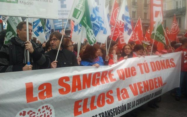 Los trabajadores detrás de la pancarta de la manifestación. A. F.