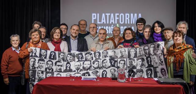 Víctimas de la dictadura y miembros de la Plataforma por la Comisión de la Verdad este martes en el Ateneo de Madrid