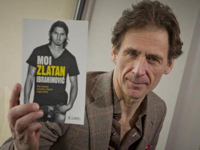 El periodista y escritor sueco David Lagercrantz, con un ejemplar de su libro sobre el futbolista Ibrahimovic.