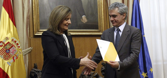 El director de Empleo, de la OCDE, Stefano Scarpetta, entrega el informe sobre la reforma laboral de 2012 a la ministra Fátima Báñez.