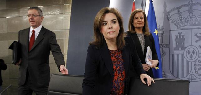 La vicepresidenta Soraya Sáenz de Santamaría, con los ministros Ruiz-Gallardón y Fátima Bañez, antes de la rueda de prensa tras el Consejo de Ministros.