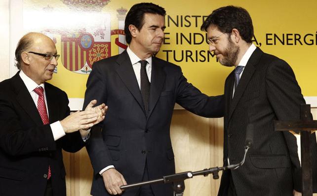 El ministro de Hacienda, Cristóbal Montoro, con el titular de Industria, José Manuel Soria, en la toma de posesión hace un año del secretario de Estado de Energía, Alberto Nadal.