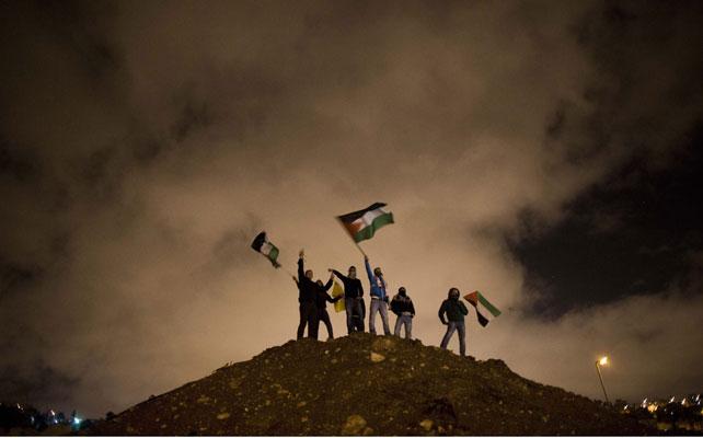 Un grupo de palestinos esperando la excarcelación.