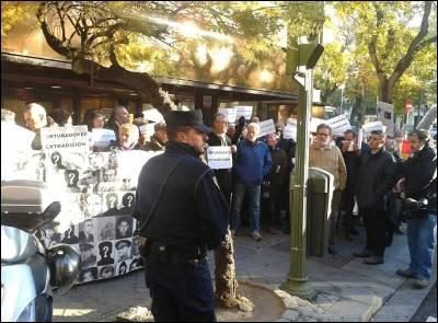 Manifestantes protestan a las puertas puertas de la Audiencia Nacional. ALEJANDRO TORRÚS