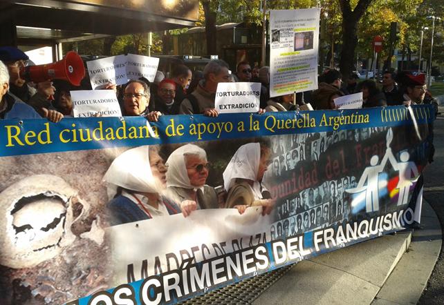 Familiares de víctimas del franquismo protestan a las puertas puertas de la Audiencia Nacional.