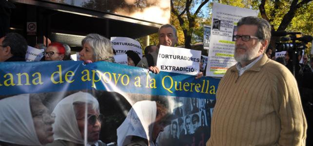 Luis Miguel Urban, víctima del franquismo, frente a la Audiencia Nacional.-